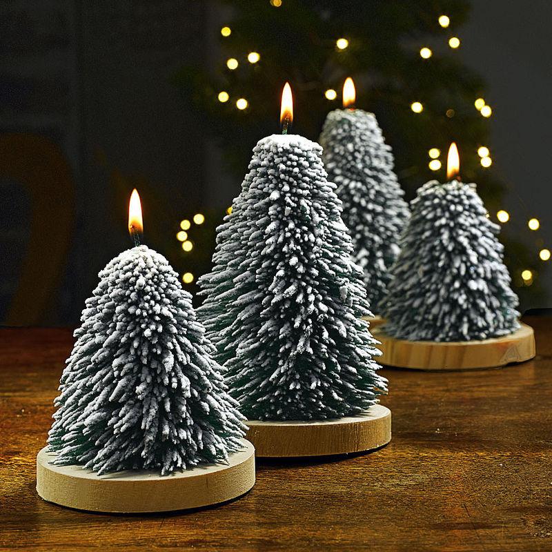 Tannenbaum Mit Kerzen.Schneebedeckte Tannenbaum Kerzen Sorgen Mit Festlichem Glitzer Für Winterstimmung