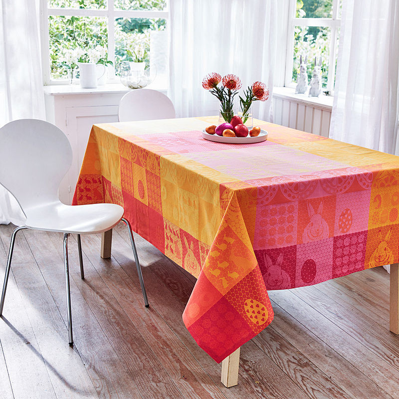 tischdecke ostertischw sche belebt den tisch mit farbenfrohem patchworkdesign hagen grote shop. Black Bedroom Furniture Sets. Home Design Ideas