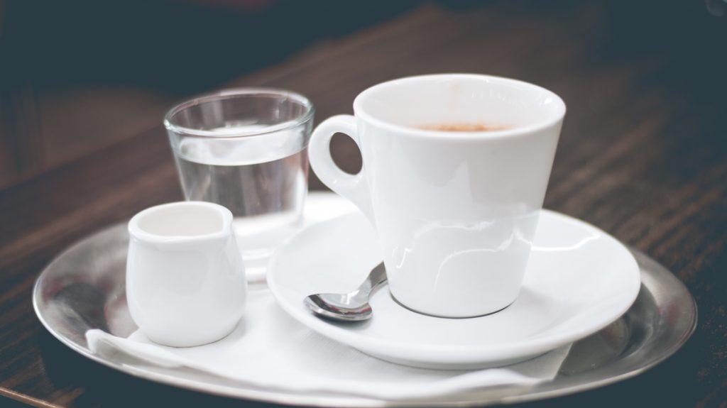 Kaffee Gedeck perfekt mit etwas Milch und frischem Wasser