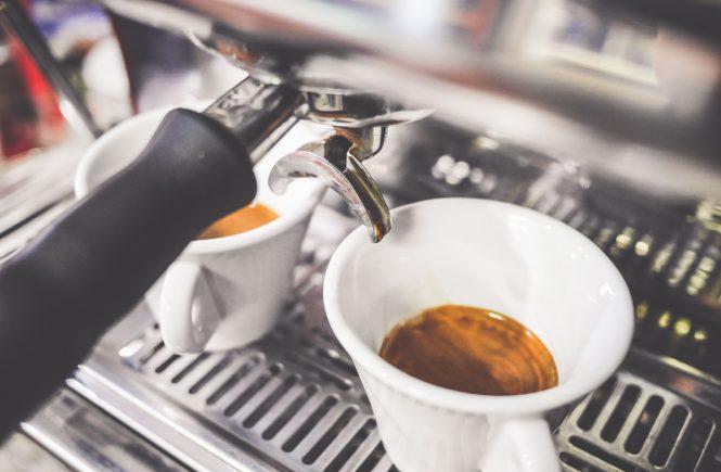 Frischer Espresso aus der Kaffee-Siebträgermaschine