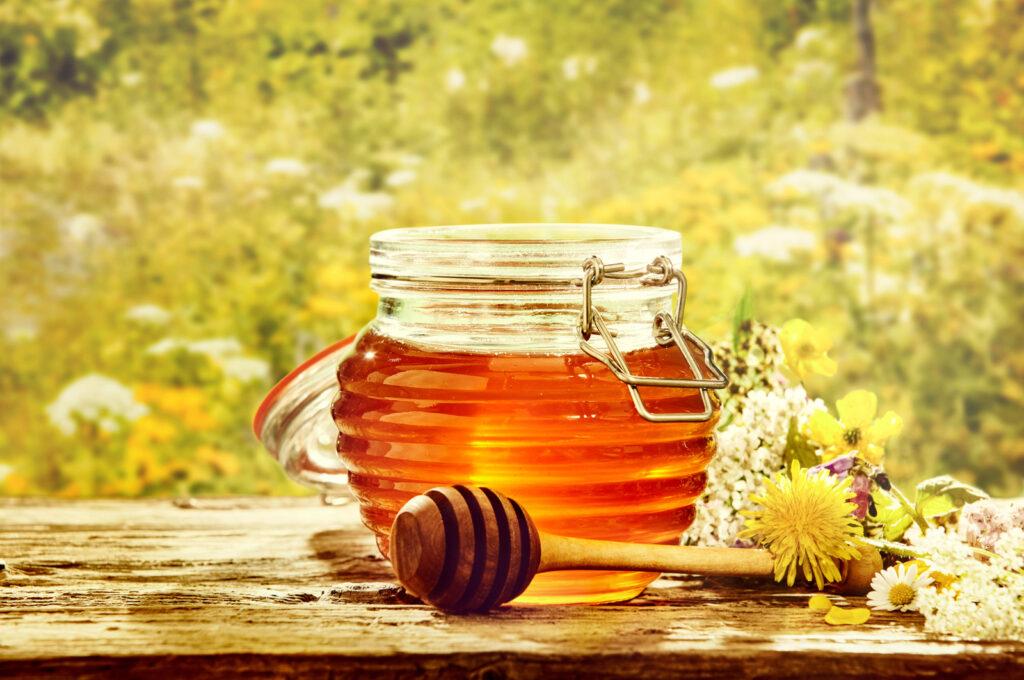 milch mit honig bei halsschmerzen milch mit honig als hausmittel einfache hausmittel sicher. Black Bedroom Furniture Sets. Home Design Ideas