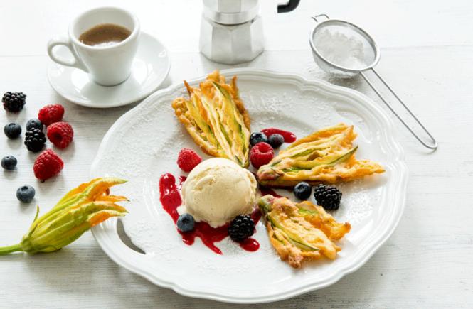 Rezept ausgebackene Zucchiniblüten mit Waldbeeren und Mascarpone-Eis