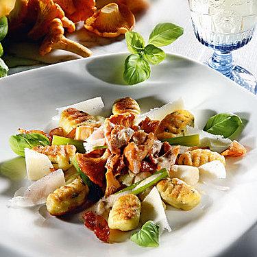 Basilikum-Kartoffel-Gnocchi mit Pfifferlingen