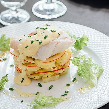 Pochierter Skrei mit Senfmayonnaise auf lauwarmem Kartoffelsalat